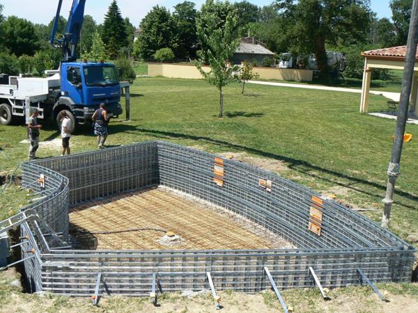 Piscine traditionnelle en b ton monobloc piscines marinal for Fabrication piscine beton
