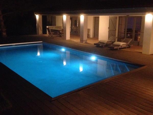 Piscine traditionnelle eclairage de nuit marinal - Eclairage autour piscine ...