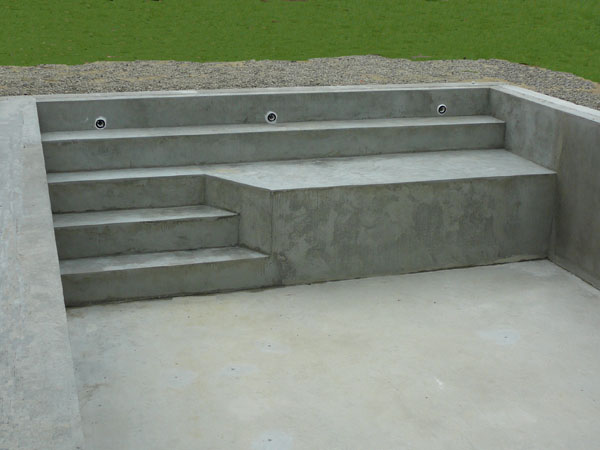 Piscines traditionnelles marinal choisir son escalier de for Fabrication piscine beton