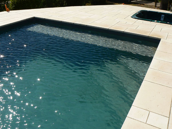 Piscines traditionnelles marinal choisir son escalier de for Enduit piscine beton