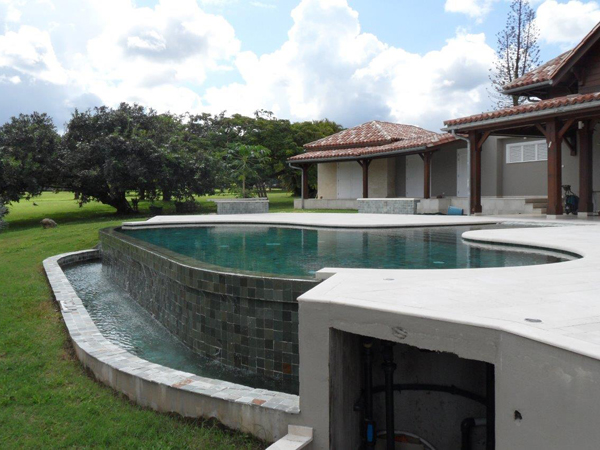 Piscine sur terrain en pente jx39 jornalagora for Construction piscine debordement