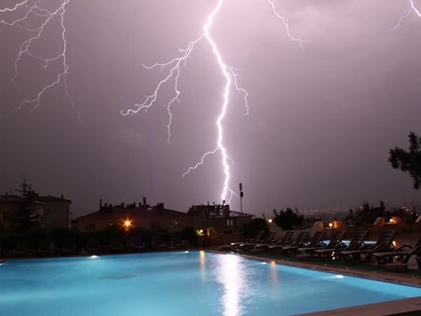 Piscine et orage risques et cons quences - Peut on se baigner pendant la filtration de la piscine ...