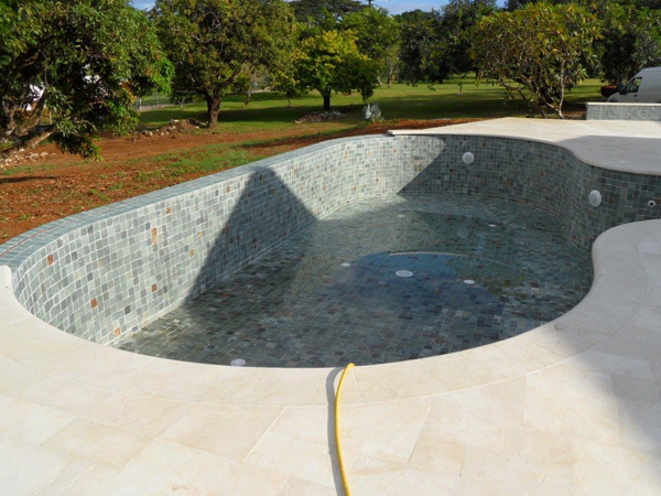piscine forme libre a debordement finition carrelage Marinal