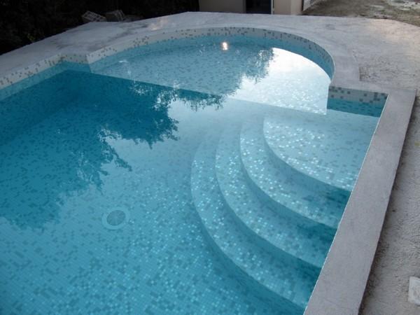 Piscines traditionnelles marinal choisir son escalier de for Constructeur piscine beton var