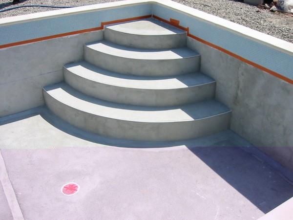 Piscines traditionnelles marinal choisir son escalier de for Escalier exterieur beton arrondi