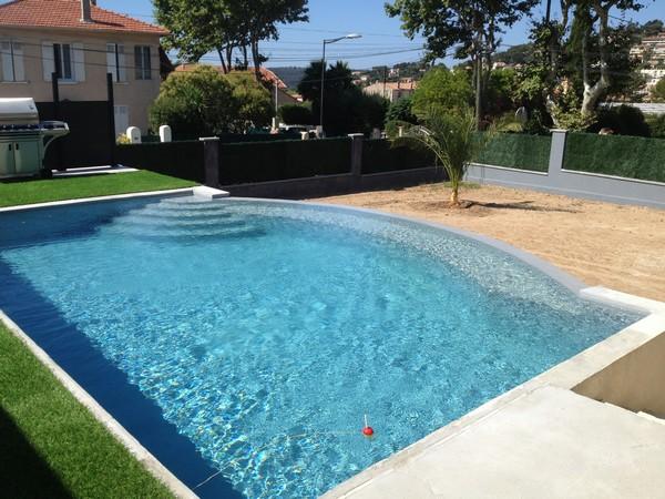 Construction piscine traditionnelle à forme libre MARINAL