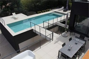 La piscine en béton hors-sol
